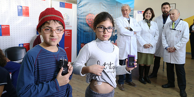 Isabella, Cristóbal y Thomas son los primeros niños en recibir bombas de insulina gracias a la Ley Ricarte Soto