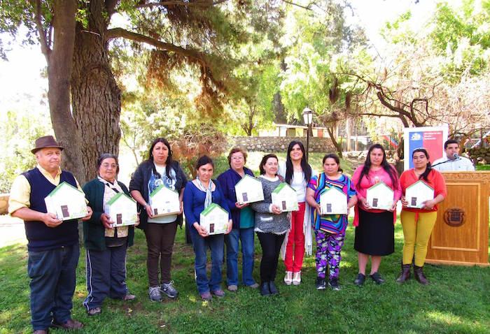 Benefician a familias de Los Queñes con kits de duchas ecológicas para promover uso eficiente del agua
