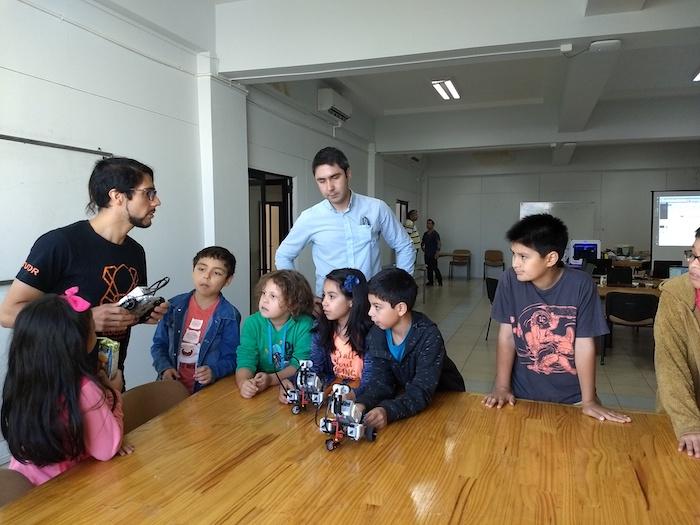 Con robótica y tecnología niños curicanos se entretienen durante el verano