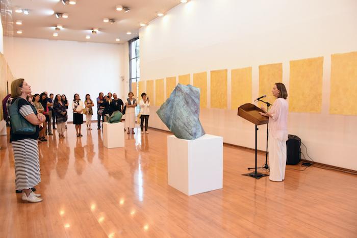 El papel cobra vida en exposiciones artísticas que se exhiben en Talca