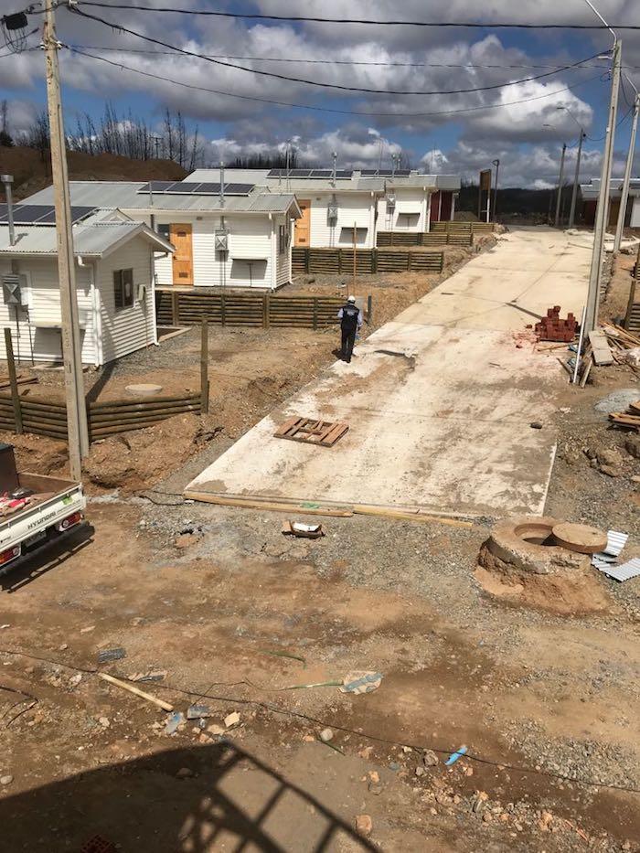 SEC Maule fiscaliza instalación de paneles solares en viviendas reconstruidas tras incendio en Santa Olga