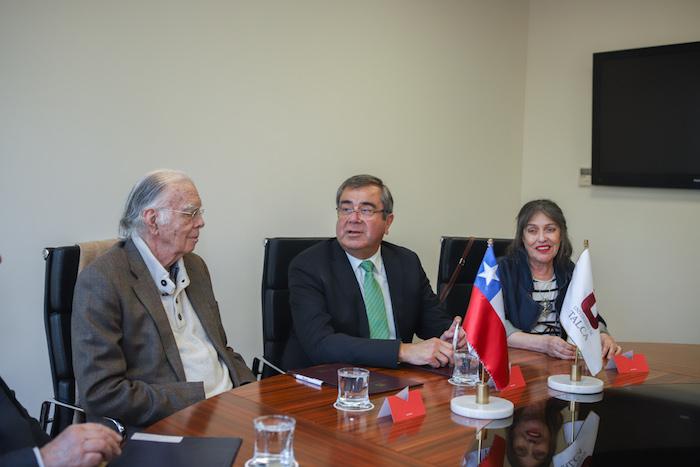 Valiosa colección de piezas textiles y material bibliográfico será donada a la Universidad de Talca