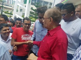 Dr Navin Ramgoolam avec ses partisans
