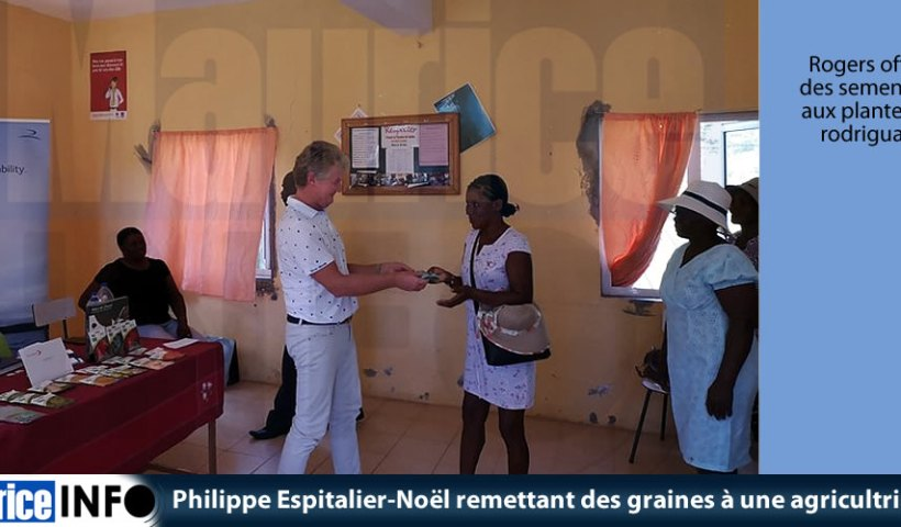 Philippe Espitalier-Noël remettant des graines à une agricultrice