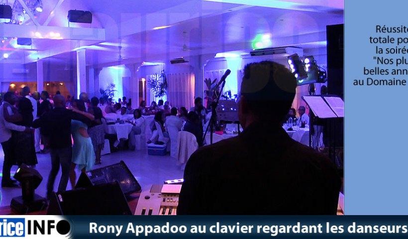 Rony Appadoo au clavier regardant les danseurs