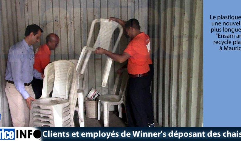 Clients et employés de Winners déposant des chaises