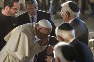 Bergoglio bacia rabbini