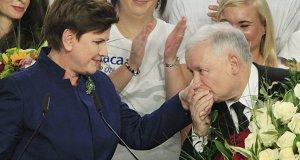 Jaroslaw Kaczynski bacia la mano della sua ministra
