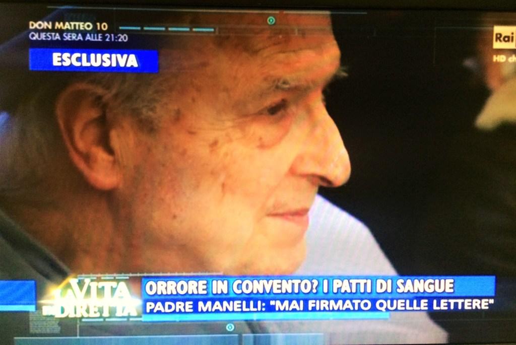 Padre Mnelli. I media l'hanno trattato così. Invece lodano El Papa.