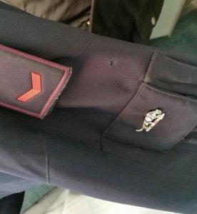 L'orrendo squarcio prodotto sulla giacca dell'agente ferito dal cal.22.