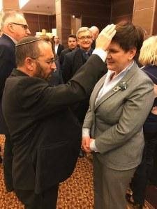 Beate Szydlo riceve la benedizione del rabbino Ostroff.