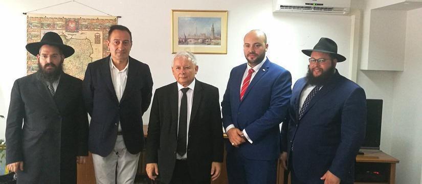 Ladislaw Kaczynski (al centro) il solitamente riservatissimo capo della Polonia dietro le quinte, di difficilissimo accesso, ha però ricevuto ad agosto rabbini e il già citato Daniels (in azzurro)