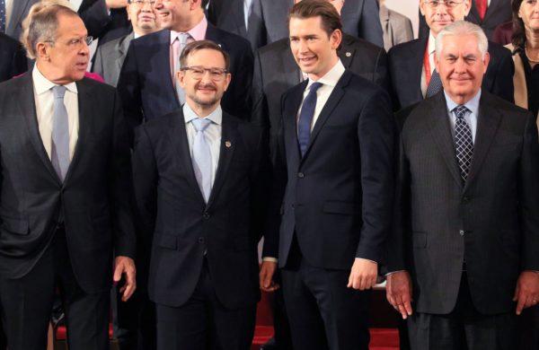 Da sinistra: Lavrov, il segretario dell'OSCE Thomas Greminger, il ministrro degli esteri austriaco Kurz e Tillerson alla riunione di Vienna. Dove il piano di Mosca per la pacificazione del Donbass è stato frantumato.
