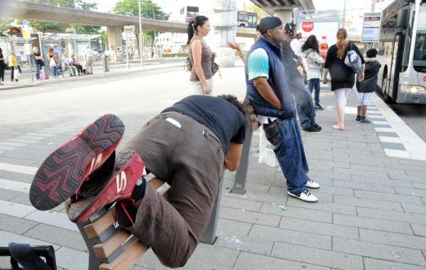 Non-panchine per fermata d'autobus. Si può appogiare il sedere, non sedersi. Men che meno dormirci.