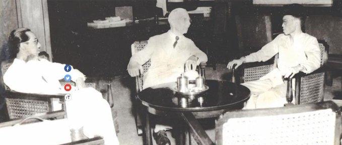 Hjalmar Schacht a Giakarta tra il ministro delle finanze Jusuf Wibisono (a destra) e Sumitro Djojohadikusumo, consigliere del ministro delle finanze.