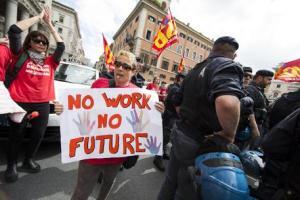 Un momento della manifestazione dei lavoratori Meridiana, che oggi hanno bloccato il traffico nel centro di Roma in via del Corso di fronte a Palazzo Chigi, 12 maggio 2016. ANSA/ MASSIMO PERCOSSI