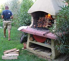Polli verticali sul barbecue