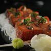 Sashimi de salmão marinado com creme de tofu, pimenta e shiso Livro Caras Sonho Oriental Sushiman Adiano Kanashiro