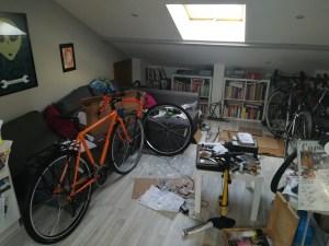 Tra bici, libri e divano