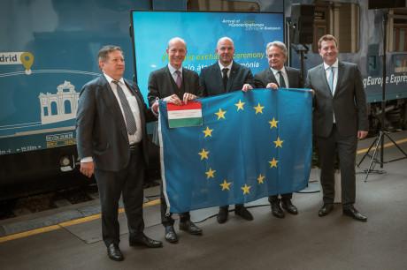 Sajtótájékoztató a Keleti pályaudvaron az Európát összekötő expresszvonat érkezésekor