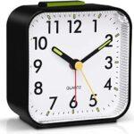 GDEVNSL Réveils Silencieux Chevet sans tic-tac horloges de Table à Piles Lumineuses Grand écran Fonction d'éclairage Snooze pour Bureau de Chambre