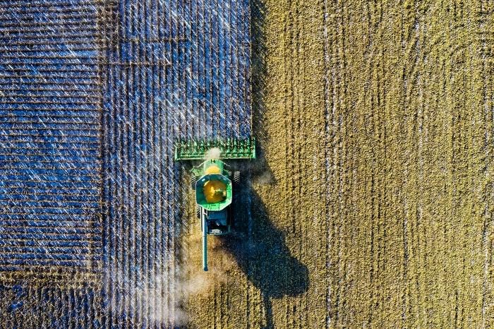 TRactor que representa los paisajes agrarios del mundo