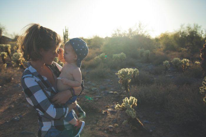 Mamá desarrollando el lenguaje de su bebé