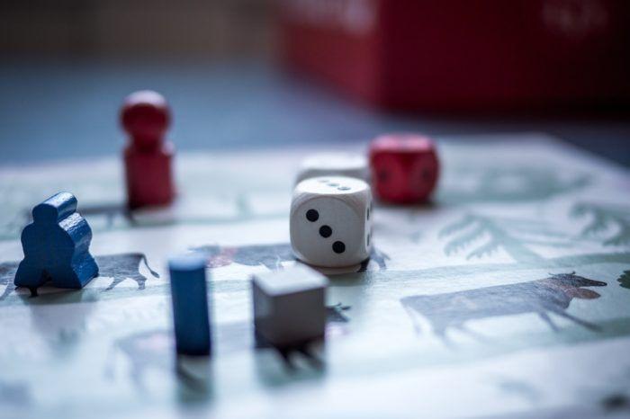 Juegos de mesa con dado, tablero y fichas