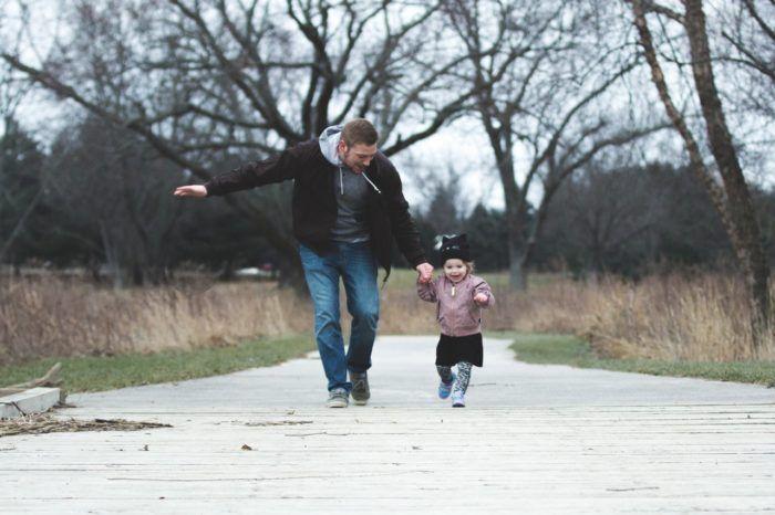 Querido papá junto a su hija corriendo