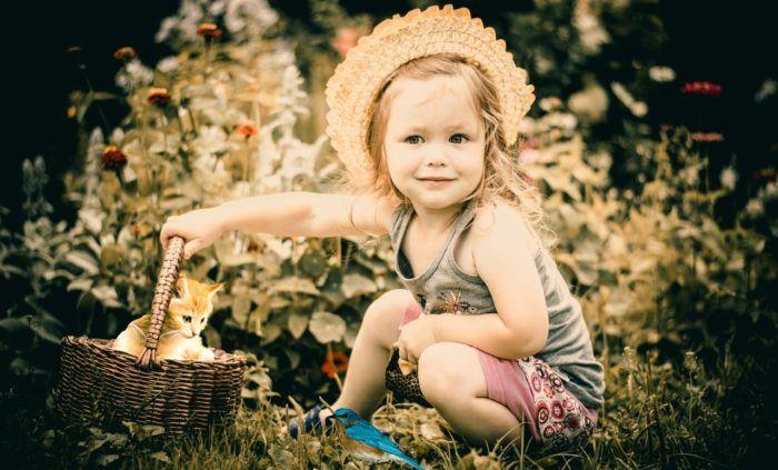 Niña en el campo que va a plantar semillas con niños