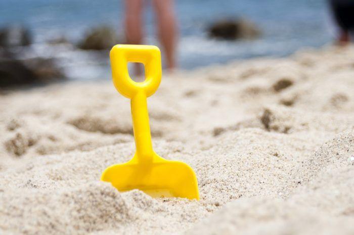 Cubo en la playa para las actividades de verano en familia