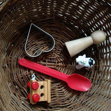 Cesta con objetos para inventar cuentos