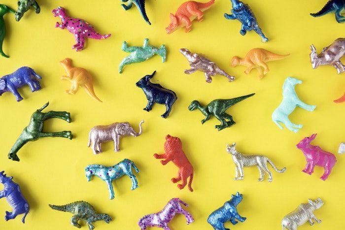 Jueguetes pequeños sobre fondo amarillo para deshacerse de juguetes viejos antes de Navidad