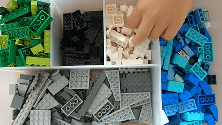 Caja de Lego ordenada por colores.