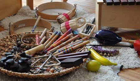 Cesta de los tesoros con instrumentos musicales.