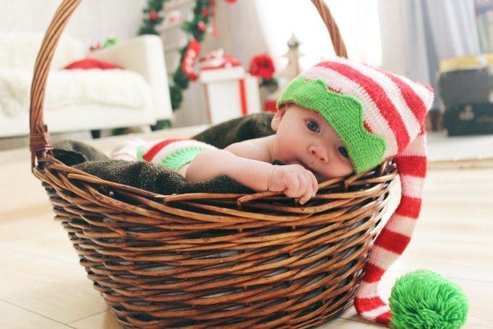 Bebé en cesta de navidad y Juguetes reciclados para bebés