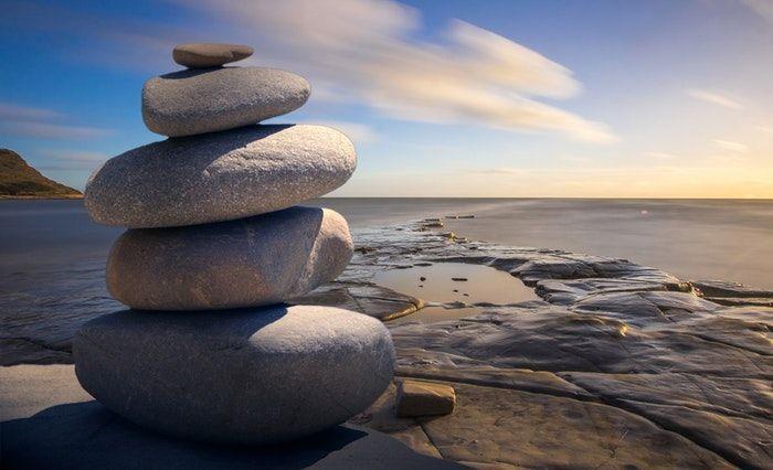 Piedras en la arena del mar para practicar mindfulness para niños