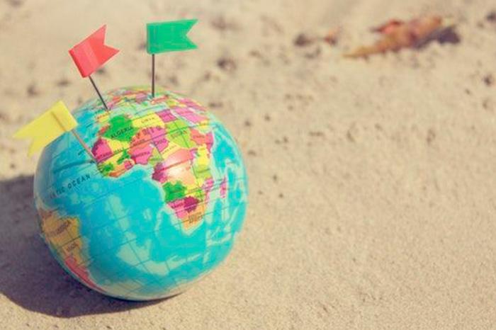 Actividades con mapas para niños comouna bola del mundo en la arena.