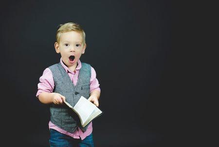 Niño leyendo cuentos sobre emociones para niños