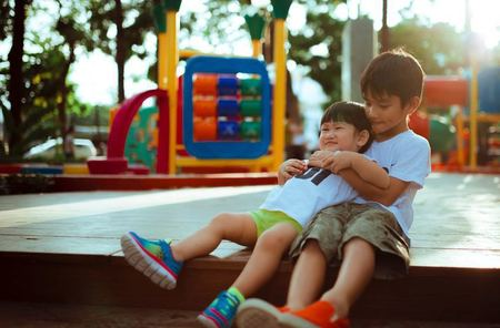 Hermanos juagando juntos