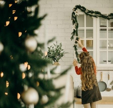 Criar niños responsables que ayudan a colocar el árbol de navidad