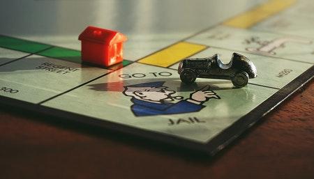 Juegos de mesa para niños mayores de seis años como el Monopoly.