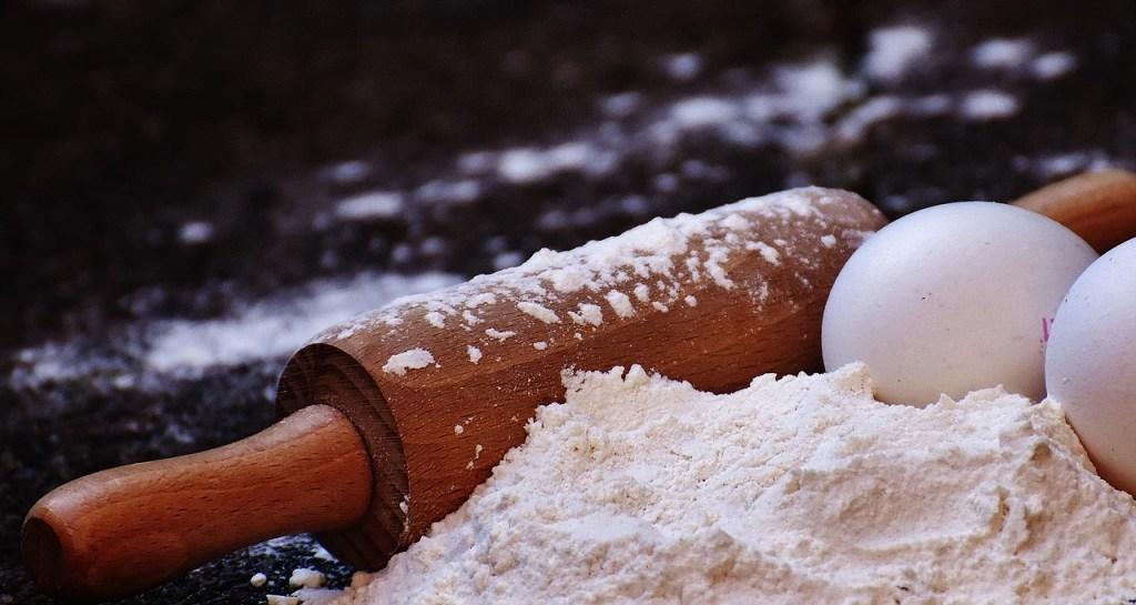 Rouleau à pâtisserie et farine