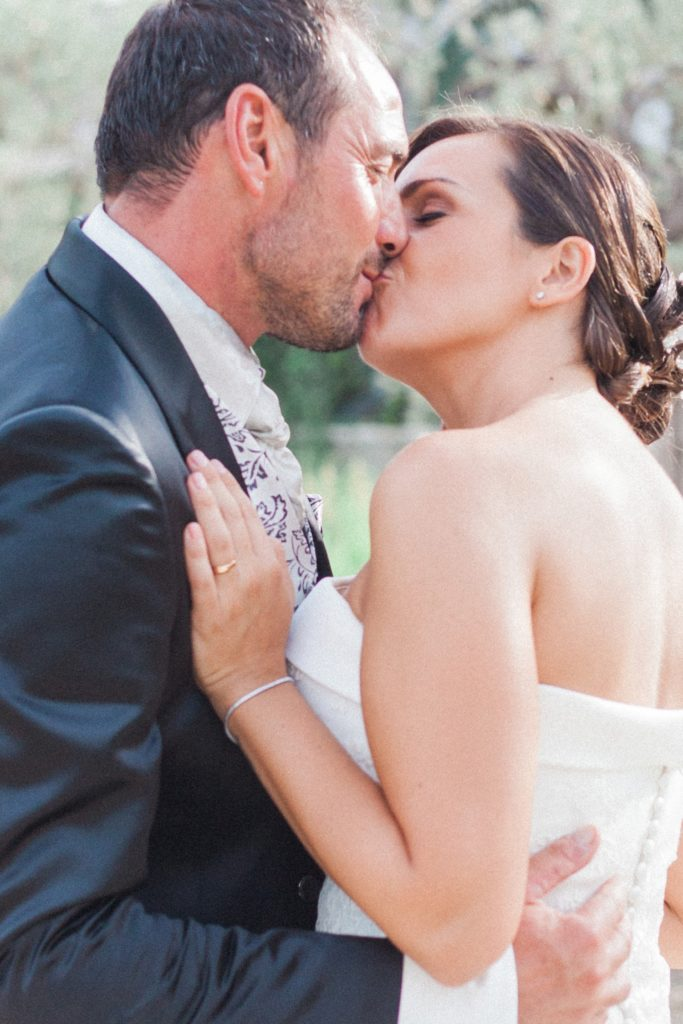 Italian couple kiss in the gardens of the Convivium Hotel in Vasto during their Abruzzo wedding