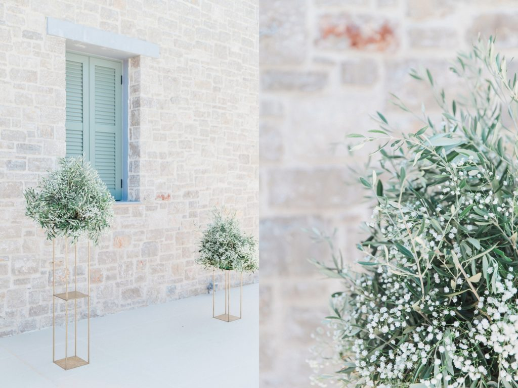 Asymetric stands with olive arrangements in elopement ceremony area