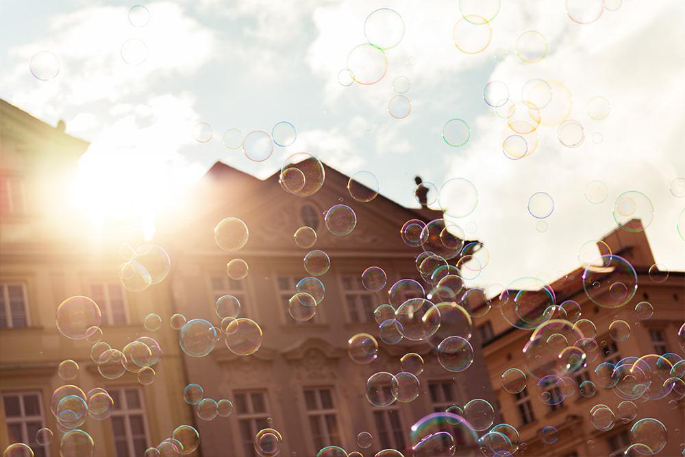 Prag-Sehenswürdigkeiten-Seifenblasen-Altstädter-Rathaus-Prag-Prague