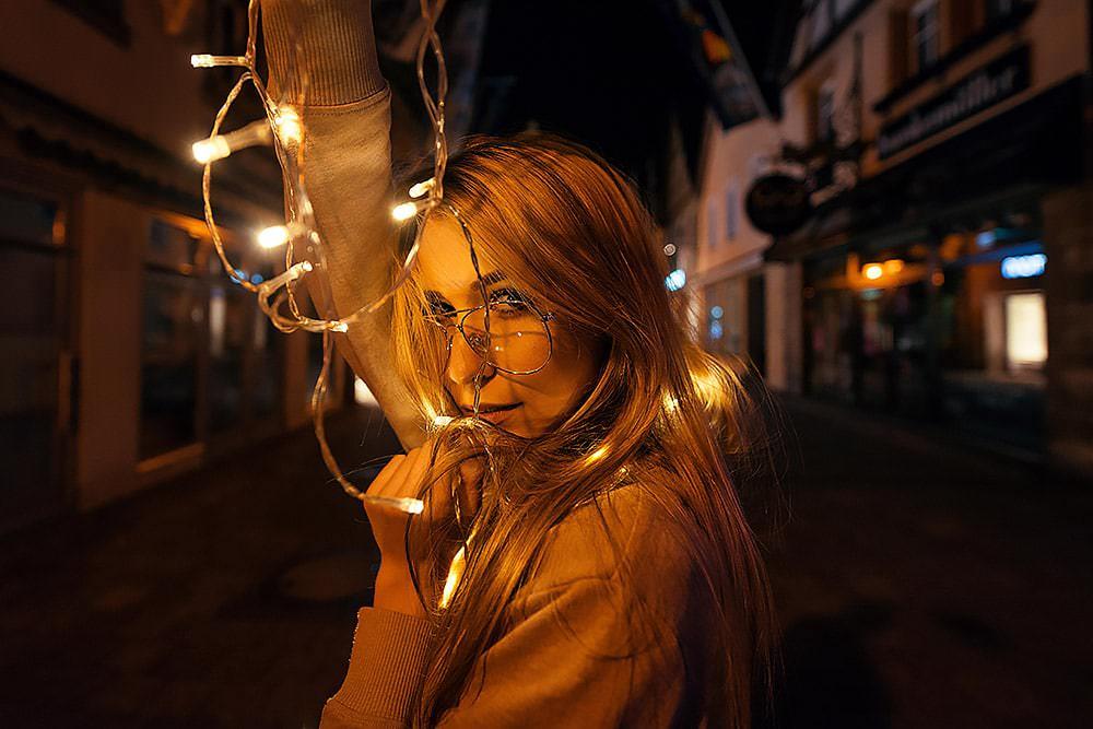 Fotoshooting Streetfotografie Fotograf fotostudio Fotokurs Workshop Profifotograf max hoerath kulmbach langgasse fussgaengerzone mainleus - Lichterketten Shooting I mit Selina