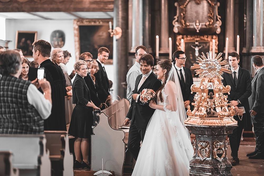 Hochzeitsfotograf Hochzeitsreportage Hochzeit Hotel Stempferhof Behringersm%C3%BChle Bayreuth fotograf brautkleid portrait hochzeitsfotos brautkinder kirche stgeorgen - Hochzeit - Sophia & Andi – Gößweinstein