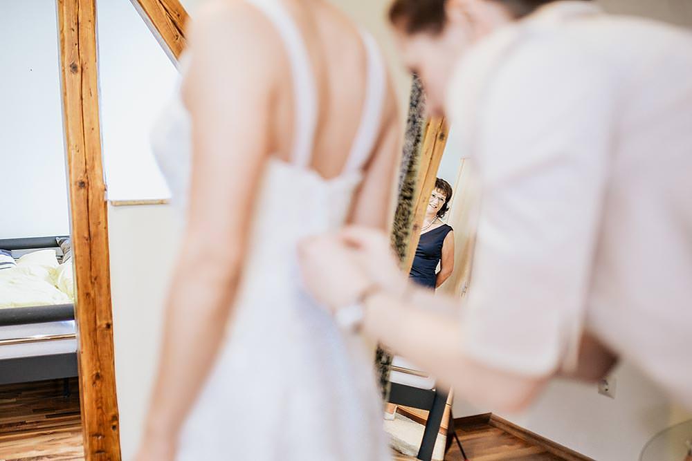 Hochzeit Hochzeitsfeier Hochzeitsfotograf heiraten Tauberrettersheim wuerzburg Schloessle Weikersheim fotograf brautpaar braut anziehen before wedding - Hochzeitsreportage in Tauberrettersheim Würzburg