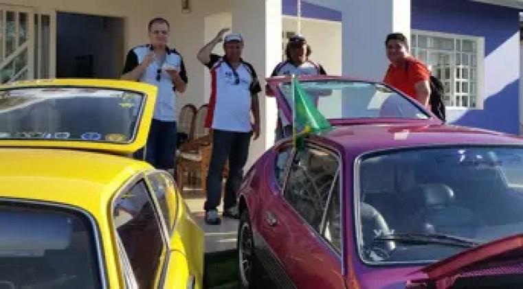 Estes dois carros vieram de Ourinhos, São Paulo, percorrendo 265,5 Km, e pertencem aos dois irmãos no centro da foto. Milton Celso Ferreira está à esquerda e tem o SP2 amarelo imperial que veio rodando. A seu lado, Hilton Ferreira com seu SP2 violeta pop que veio de carretinha, (vídeo abaixo).